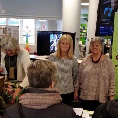 Roslagslördag Din Ekologiska Trädgård, februari 2017, Kristina Mattsson som driver den ekologiska handelsträdgården Växplats Nybyn, ordförande Carina Jansson från Norrtälje Trädgårdsförening.